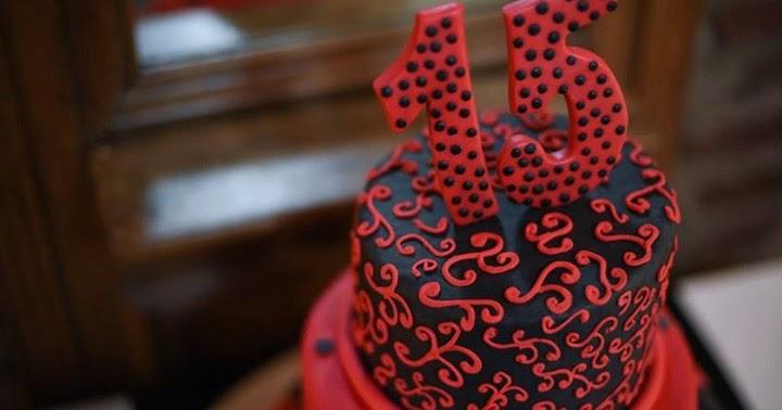 torta de 3 pisos desnivelados para cumpleaños de 15 rojo y negro 2