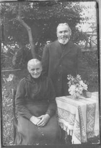 Dorothea Evers geb. Nillies und Bernard Evers, vermutlich in ihrem Garten in Etteln