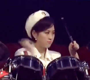 Anonymous new drummer. 10.07. Some people see her as 한순정 Han Sun-jong, the previous drummer, but her skull shape is definitely different.