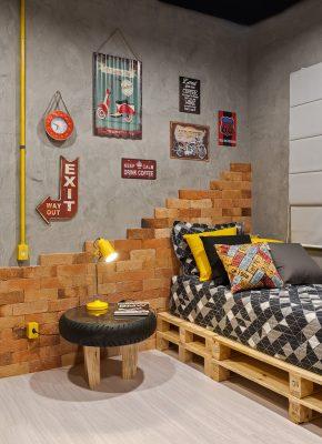 Quarto do Jovem, assinado por Ana Paula Zimmermann, Carlos Henrique Ribeiro e Sandra Piloto, com cama e nichos em pallets