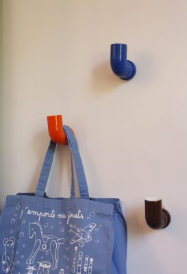 Ganchos de parede feitos com canos de PVC e banquetas feitas a partir de lata de tinta, no Quarto do Menino assinado por  Fabiane Pracownik, Carolina Gayoso e Alejandra Kahn