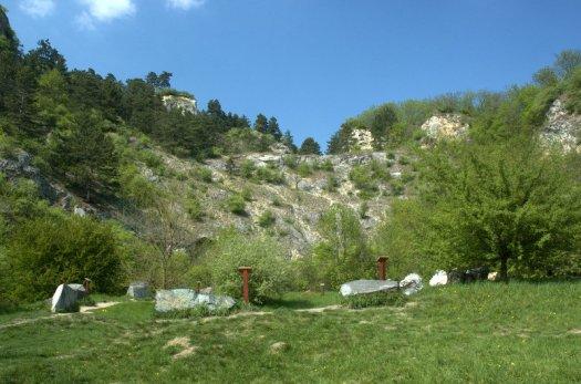 Vápencový lom na Turoldu tu byl otevřen již v roce 1873 a těžba pokračovala až do roku 1937. Při těžbě, při níž bohužel zmizela velká část jurských vápenců, byl odkryt složitý jeskynní systém.