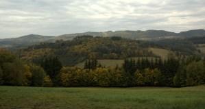 Okolí Podkopné Lhoty. V pozadí Hostýnské vrchy s vrcholem Humence (703 m).