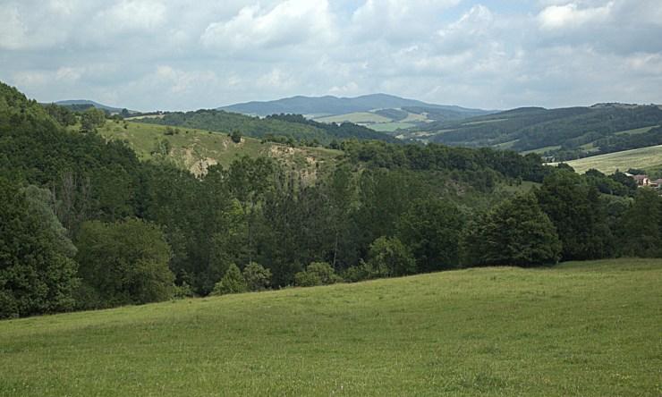 Nad Biskupickou cihelnou. Hřeben Komonecké hornatiny vystupuje nad ostatní jednotky Vizovické vrchoviny.