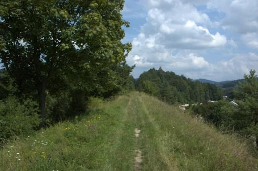 Těleso nedokončené baťovy železnice nad Lutoninou. Trať měla spojovat Vizovice s Horní Lidčí.
