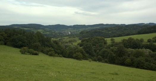 Hřeben Seninecké vrchoviny s nejvyšším vrcholem Vartovnou (651 m, na obrázku vpravo)