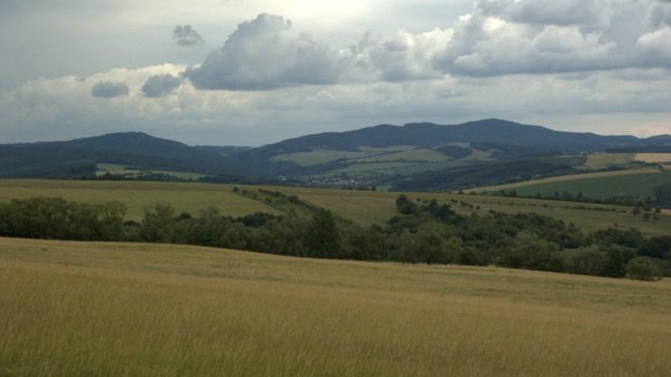 Pohled na Čertův kámen (542 m) a Komonec (672 m) od Biskupic.