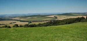 Pohled z rozhledny Travičné do Kněždubské kotliny.