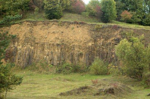 V bývalém lomu nad Starým Hrozenkovem vystupuje v J. i S. stěně ložní žíla olivínického trachybazaltu o mocnosti asi 5 m. Trachybazalt má typickou sloupcovitou odlučnost a rozpadá se do pravidelných, různě rozměrných hranolů, kolmo orientovaných k nadložním i podložním sedimentům.