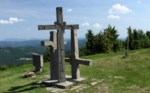Tři kříže na Stratenci. Místní rozhledna nabízí krásné výhledy na Vsetínské vrchy a téměř celé pásmo Beskyd.