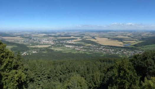 Pohled z rozhledny na Hostýně směrem k Bystřici pod Hostýnem a za ní ležící, geomorfologicky nepříliš výrazné Vítonické pahorkatině.
