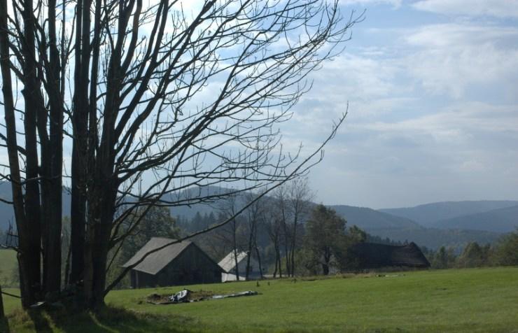 Rozvolněná krajina Hostýnských vrchů s pasekářským typem osídlení.