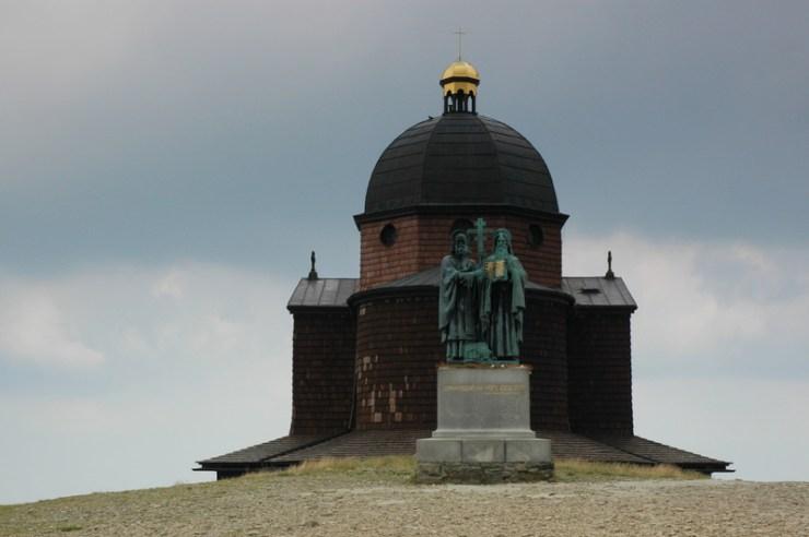 Kaple na Radhošti se sousoším Cyrila a Metoděje.