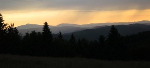 Mezivodskou vrchovinu vytváří pásmo nižších hor sevřených mezi Radhošťskou a Lysohorskou hornatinou, Javorníky a Vsetínskými vrchy.