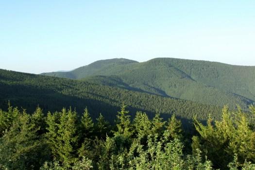 Pohled na Čertův Mlýn (1206 m) s Kněhyní (1257 m).