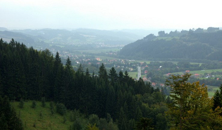 Údolí Vsetínskobečevské nivy se začíná rozšiřovat nad Huslenkami.