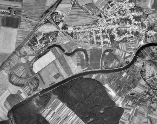 letecký pohled na slepá ramena v okolí staroměstského cukrovaru (50. léta).