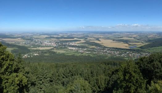 Severní podhůří Hostýnských vrchů tvoří zdrojovou oblast Moštěnky. Na fotografii pohled z Hostýna do údolí Bystřičky.