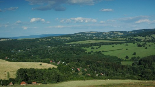 Pohled z rozhledny Travičná na údolí říčky Radějovky.