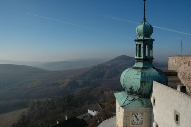 Pohled na Chřiby z věže hradu Buchlova.