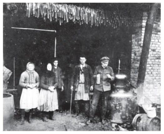 Pálení slivovice v přenosném kotli. Polešovice, kolem roku 1920. Fotoarchiv Slováckého muzea v Uherském Hradišti.