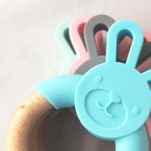 Mordedor bunny rabbit madera y silicona de Mordisquitos. Facilita el agarre, psicomotricidad fina