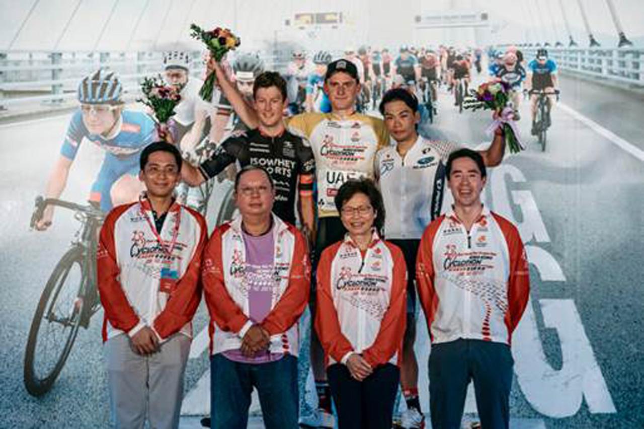 3位表彰台に上がった新城幸也選手/Photo discoverhongkong.com