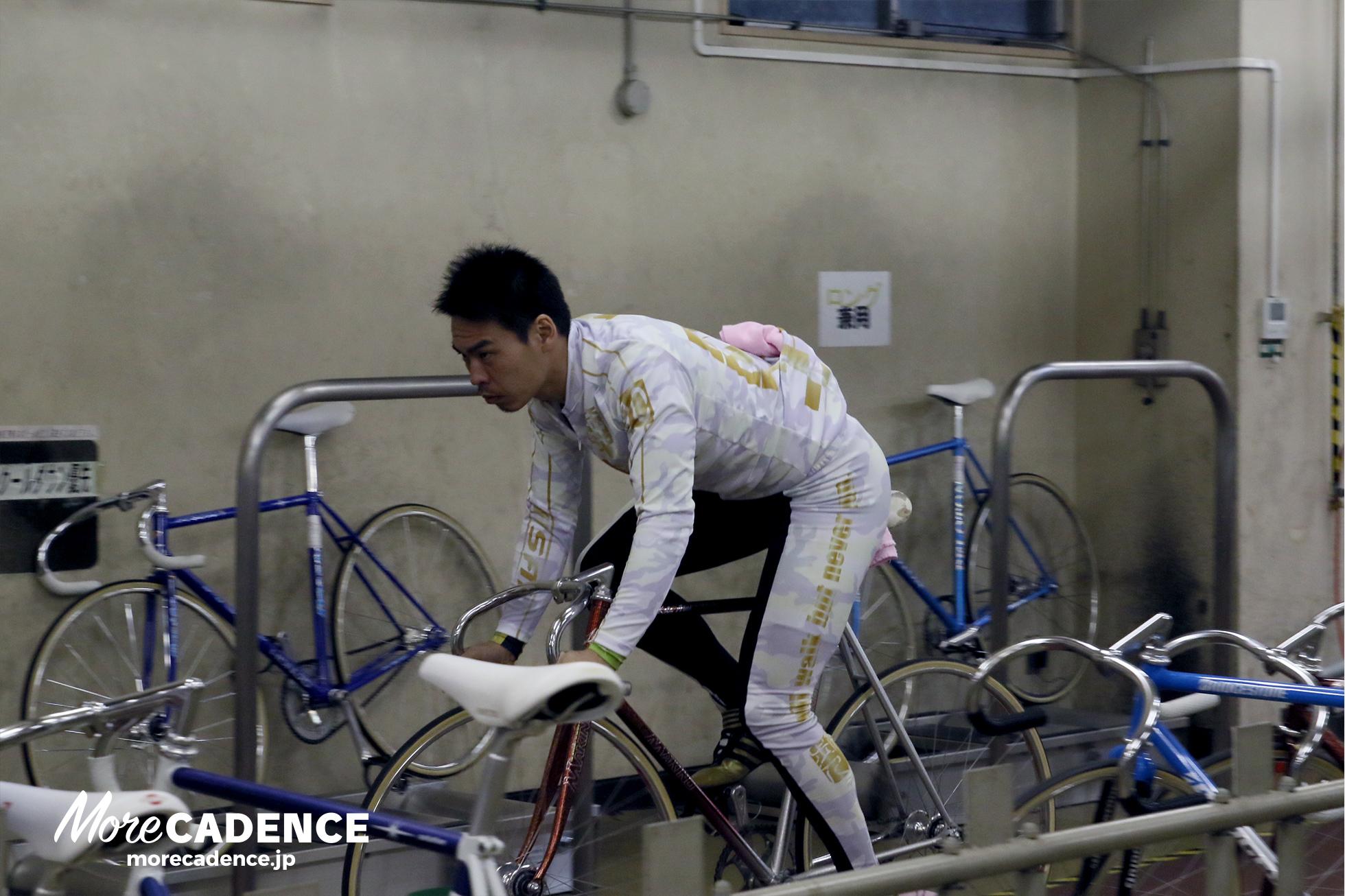 検車場の中を自転車で回る浅井選手