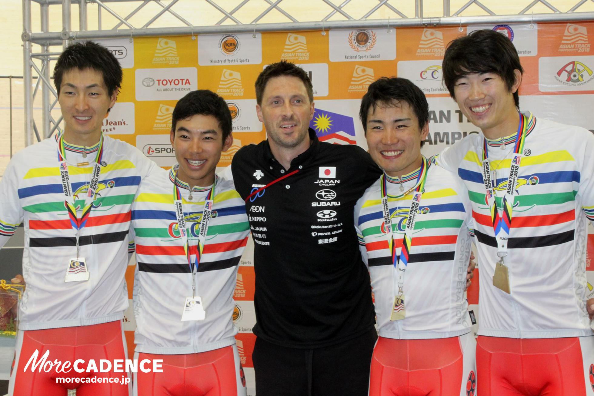 左から近谷涼、今村駿介、イアン・メルビン中距離ヘッドコーチ、一丸尚伍、沢田桂太郎