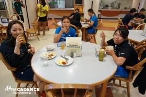 学食で食事をする女子選手たち