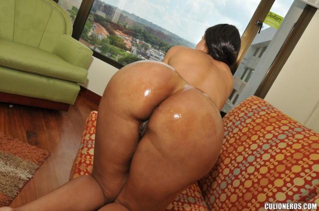 round-oiled-latina-booty-cuchi-mami