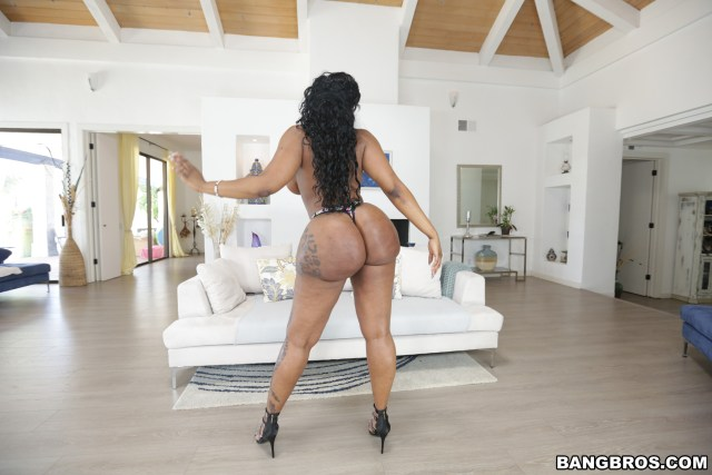 victoria-cakes-big-assets-pictures