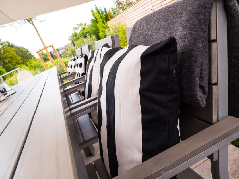 Terrassen-Gestaltung-Tisch-mit-Stühlen-und-Kissen