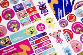 10-Must-haves-für-die-Einschulung-Namenskleber-in-verschiedenen-Farben
