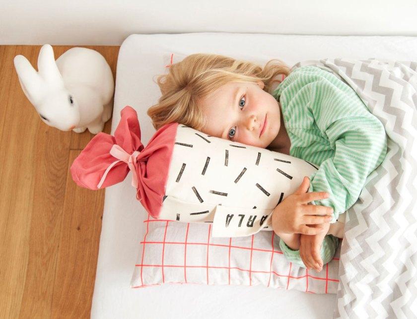 Must-haves-für-die-Einschulung-Mädchen-mit-Schultüte-in-Bett