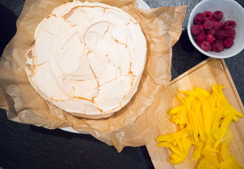 Pavlova-backen-mit-Kindern-Mango-Orange-Beeren-Pavlova