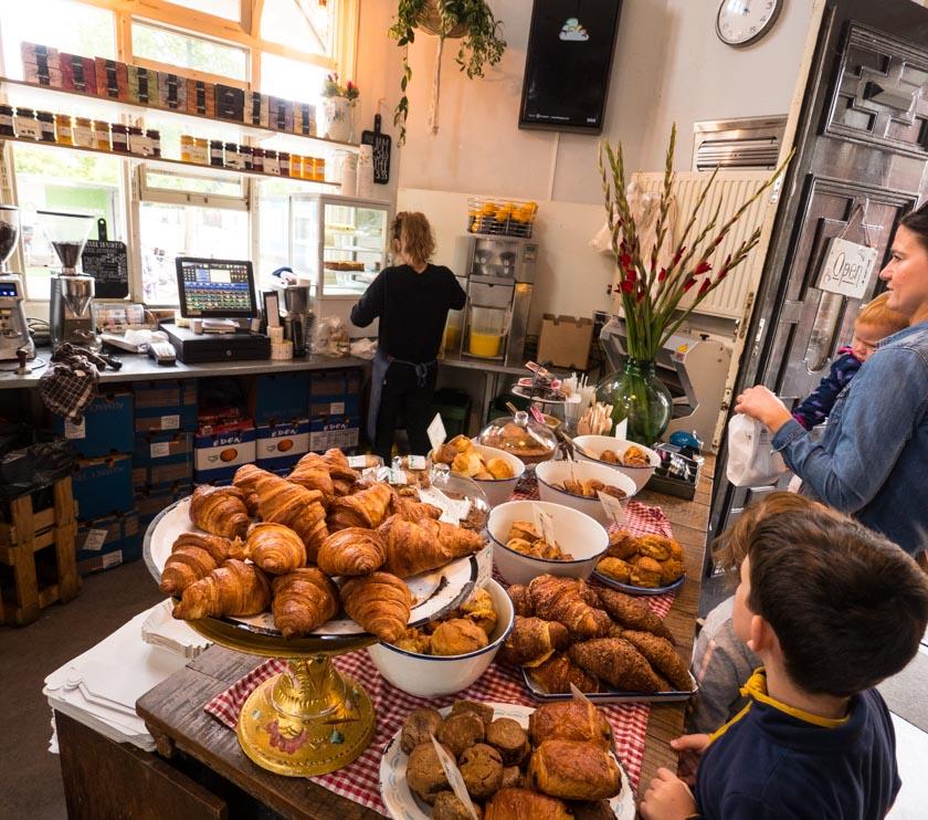 Amsterdam-mit-Kindern-Cafe-Theke-Bakkerswinkel