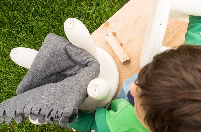 Herbst-Aktivitäten-mit-Kindern-Bub-mit-Picknickdecke