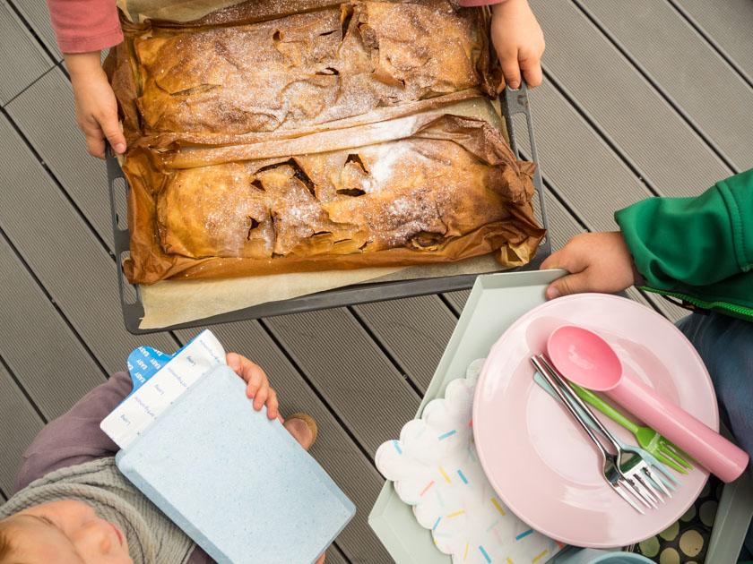Herbst-Aktivitäten-mit-Kindern-Kinder-halten-warmen-Apfelstrudel