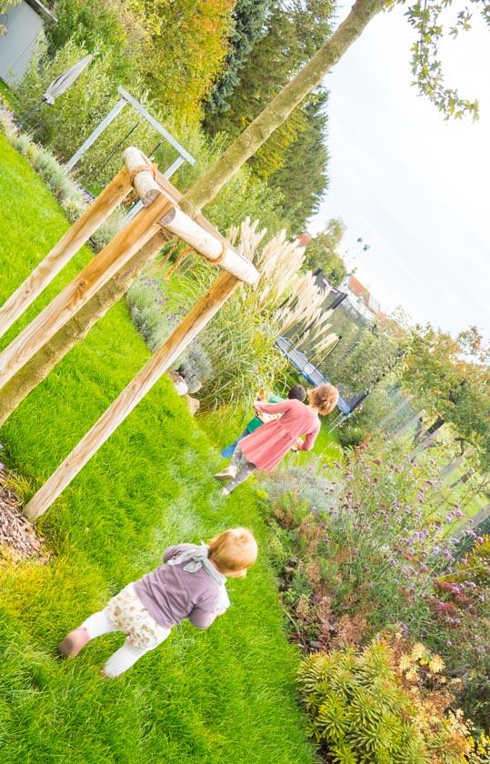 Herbst-Aktivitäten-mit-Kindern-Kinder-im-Garten