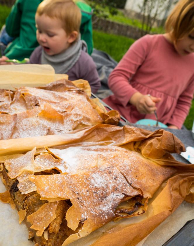 Herbst-Aktivitäten-mit-Kindern-Apfelstrudel-mit-Kindern