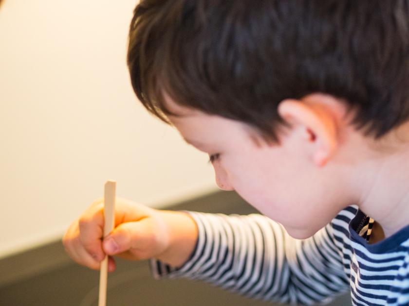 DIY Walnuss Kerzen aus Bienenwachs Junge rührt um
