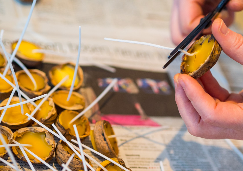 DIY Walnuss Kerzen aus Bienenwachs Kerzendochte kürzen