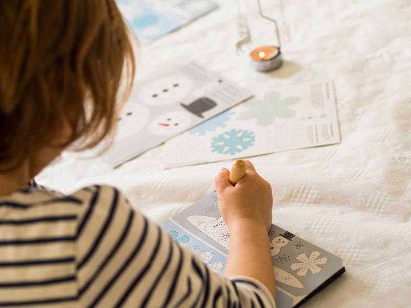 DIY Weihnachtskarten Mit Fingerabdruck Mädchen Beim Prickeln