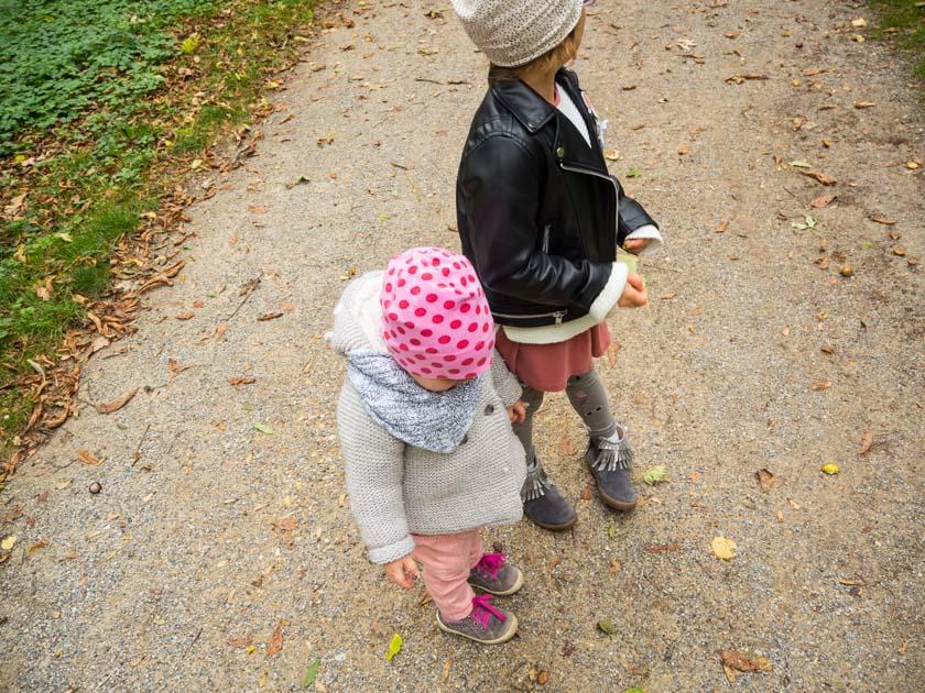 Herbstaktivitäten mit Kindern zwei Mädchen