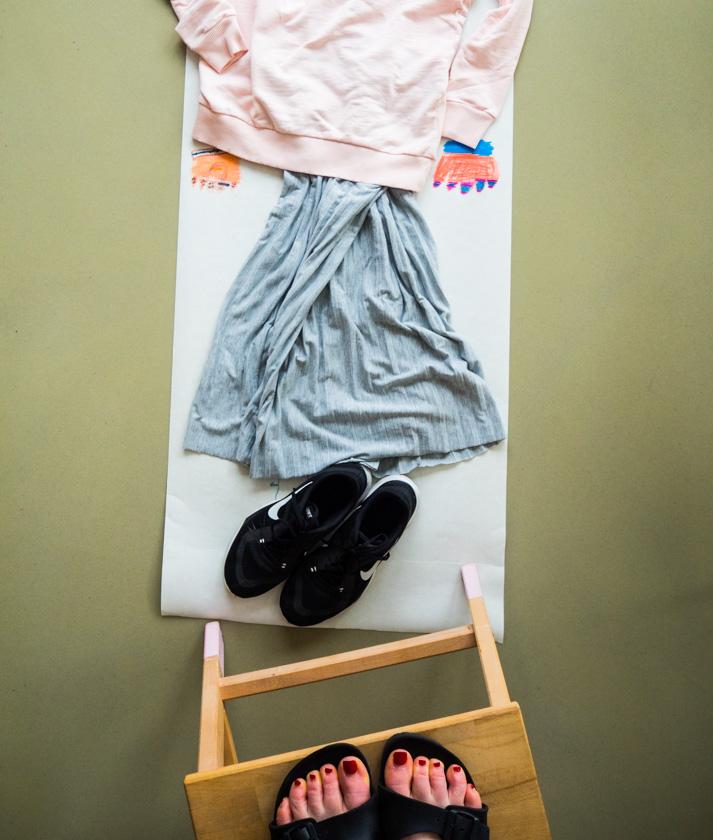 Midi Rock Outfit Ideen für Mamas Rock und Sweatshirt auf Anziehpuppe