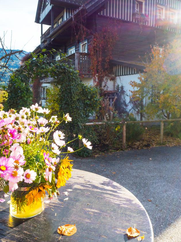 Familienurlaub am Bauernhof Blumenstrauß vor Bauernhof