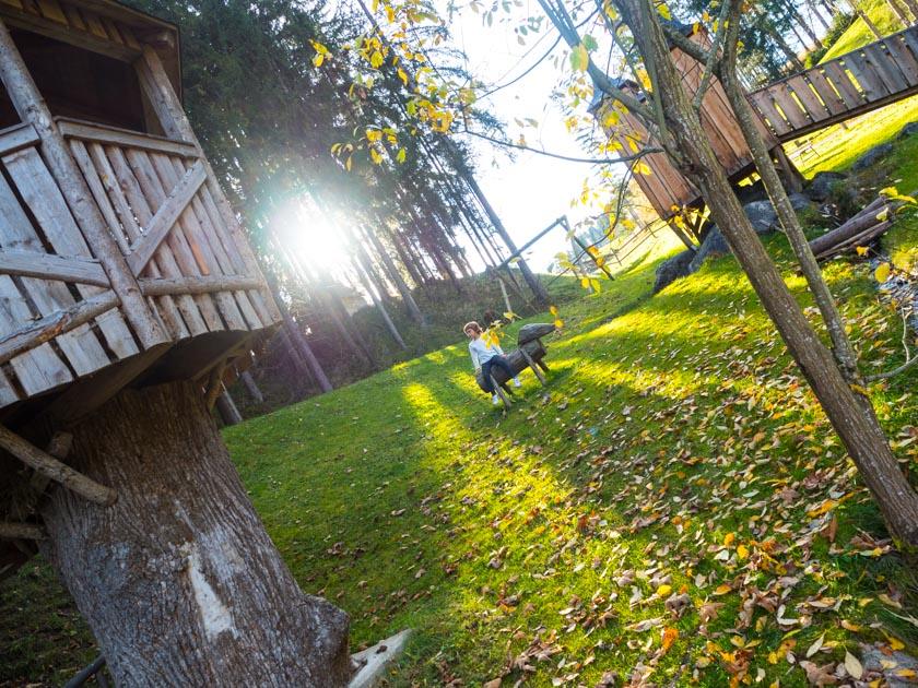 Familienurlaub am Bauernhof Spielplatz auf Waldlichtung