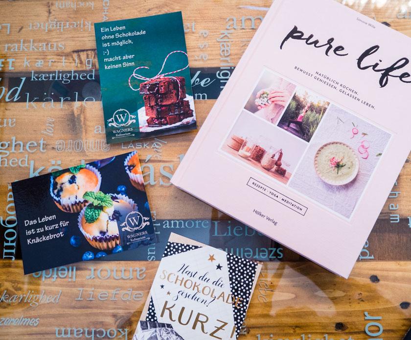 Working Mum Postkarten und Buch auf einem Tisch im Wagners Kulinarium