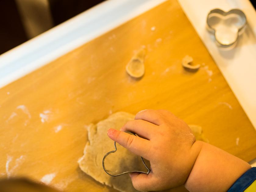 Gesunde Clean Eating Kekse - Mädchenhand sticht Keks aus